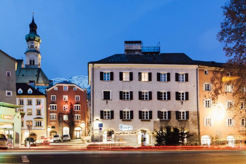 HALL W TIROL AUSTRIA, GRUDZIEŃ, - 2018: noc widok grodzki stary centrum fotografia royalty free