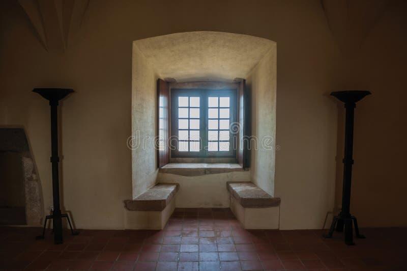 Hall z ławką i okno przy kasztelem Evoramonte obrazy stock