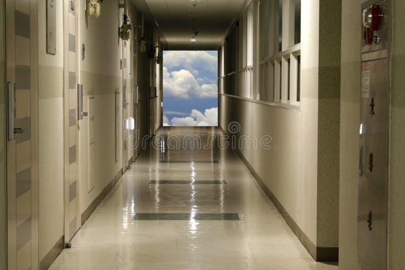 Halle führt zu Himmel stockfotografie