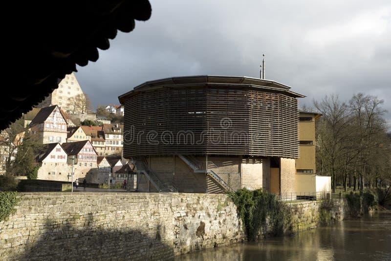 Halle Glober Theatre, pont et rivi?re Kocher, Schwabisch Hall, Baden Wurttemberg, Allemagne - d?cembre 2013 image stock