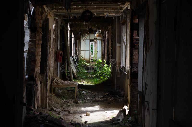 Halle im alten und ruinierten Hotel stockbild