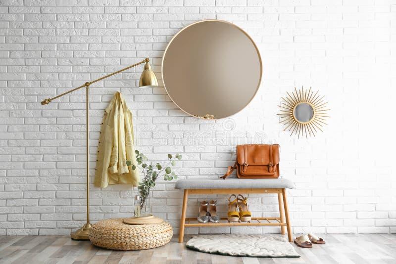 Halleninnenraum Mit Großer Runder Spiegel Und