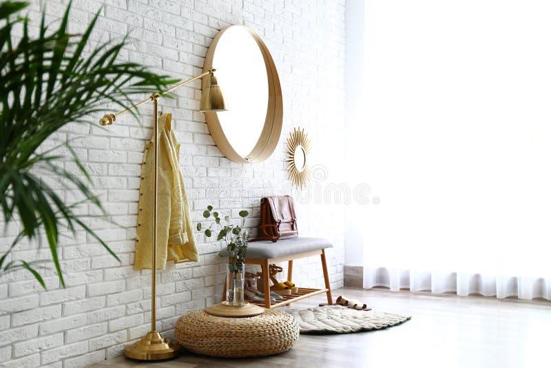 Wohnungshalle Mit Großer Spiegelwand Stockfoto Bild Von