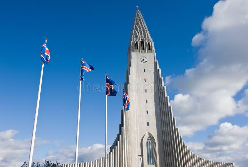 Hallgrimskirkja教会和全国冰岛旗子在独立日期间在雷克雅未克,冰岛 图库摄影