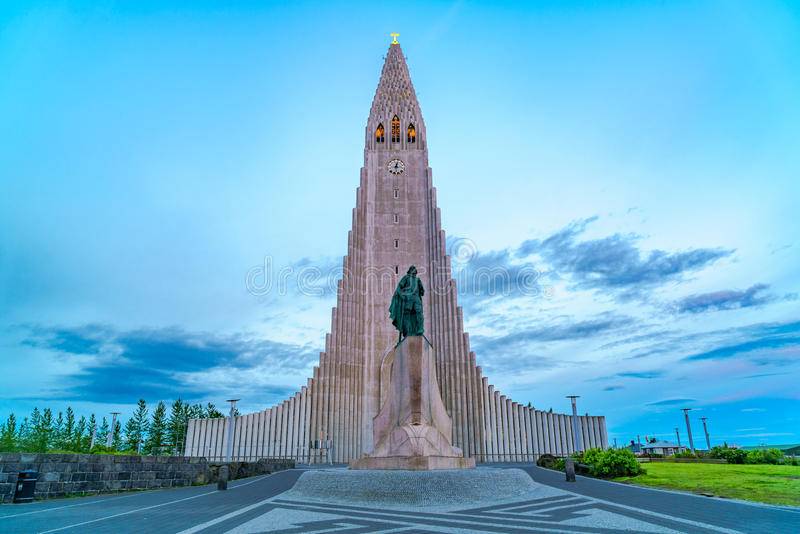 Hallgrimskirkja den mest berömda kyrkan av Reykjavik royaltyfri foto