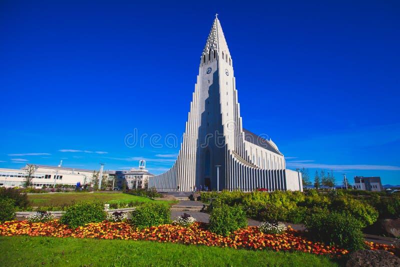 Hallgrimskirkja domkyrka i Reykjavik, Island, lutheranförsamlingkyrka, yttersida i en solig sommar royaltyfri fotografi