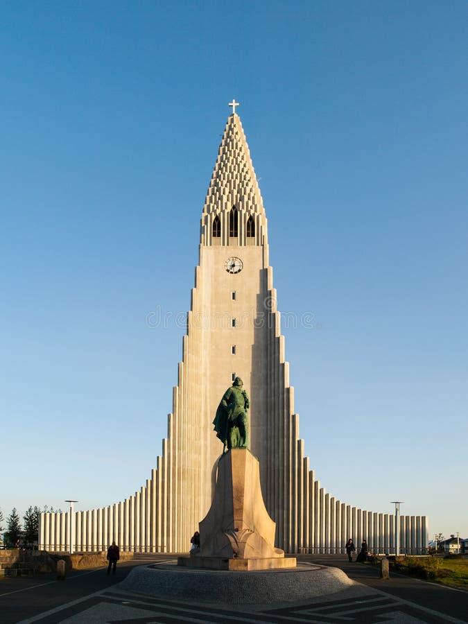 Hallgrimskirkja en Leif Ericsson-standbeeld binnen stock fotografie