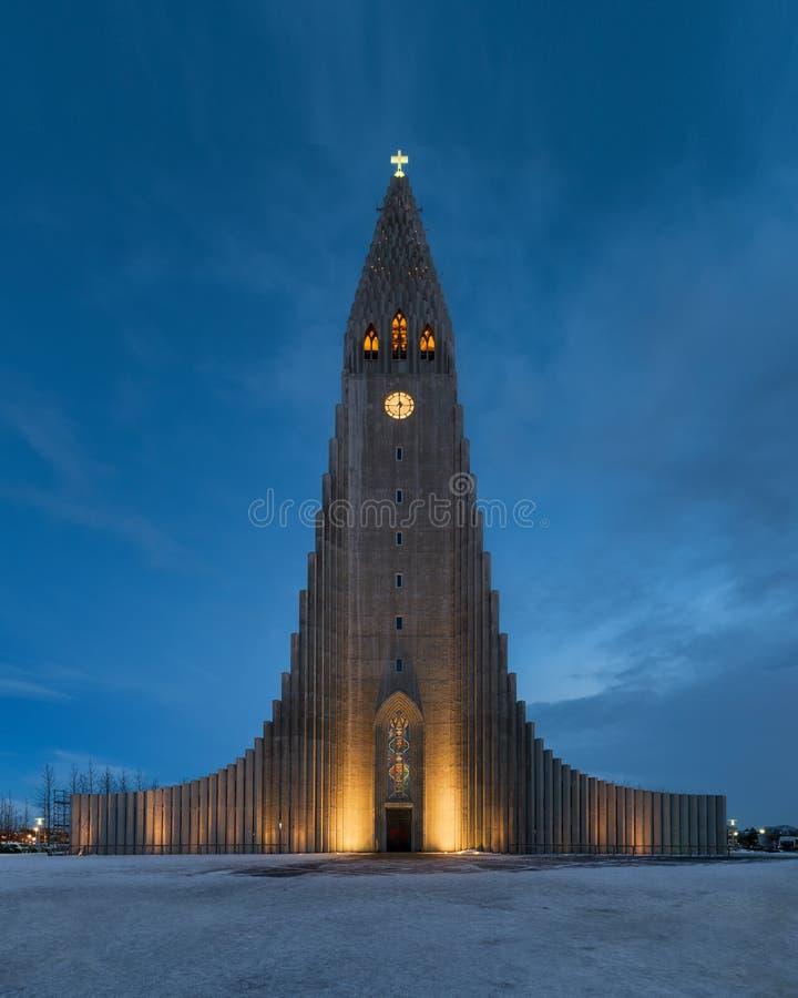 Hallgrimskirkja-Kirche im Winter nachts stockfotos