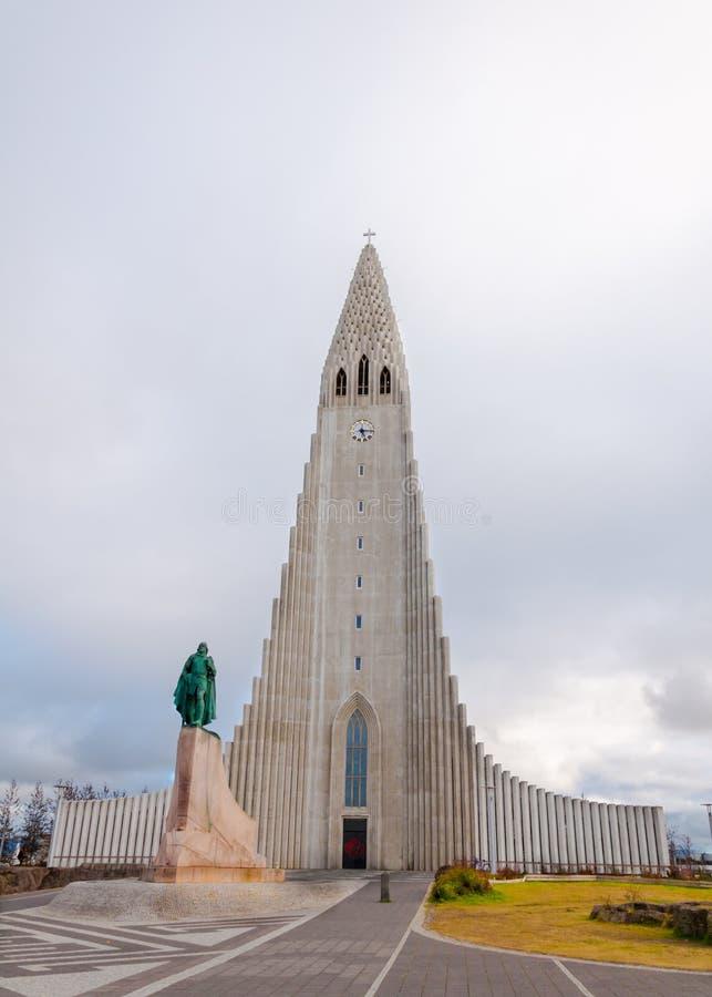 Hallgrimskirkja kyrktar, Reykjavik, Island, med statyn av Lief Erikson fotografering för bildbyråer