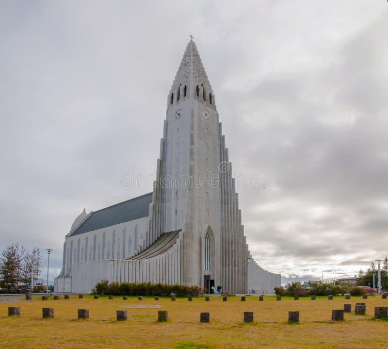 Hallgrimskirkja kyrktar, Reykjavik, Island, med statyn av Lief Erikson royaltyfri bild