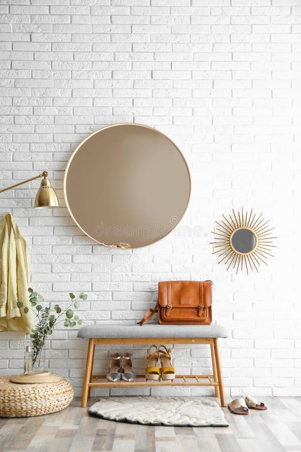 Hallinre med den stora runda spegel- och skolagringsbänken royaltyfri fotografi