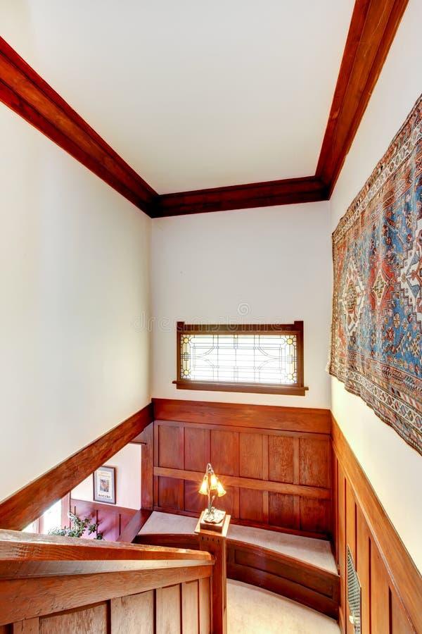 Hallinre med träplankaklippning Sikt av matttrappa arkivbilder
