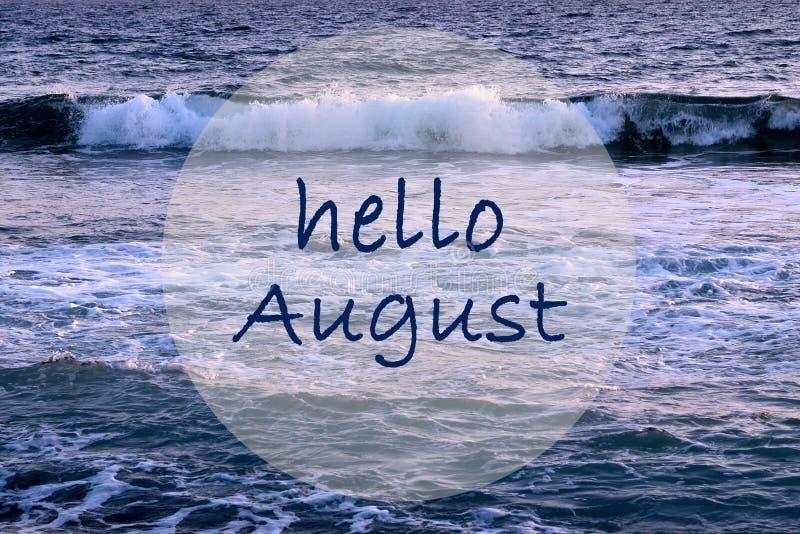 Hallo August-Gruß auf Meereswogehintergrund Seashells gestalten auf Sandhintergrund stockbild