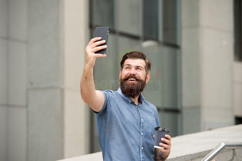 Hallo dort Mann, der selfie Foto Smartphone nimmt Strömen des on-line-Videoanrufs Bewegliches Internet Glücklicher Moment der tou lizenzfreie stockfotos