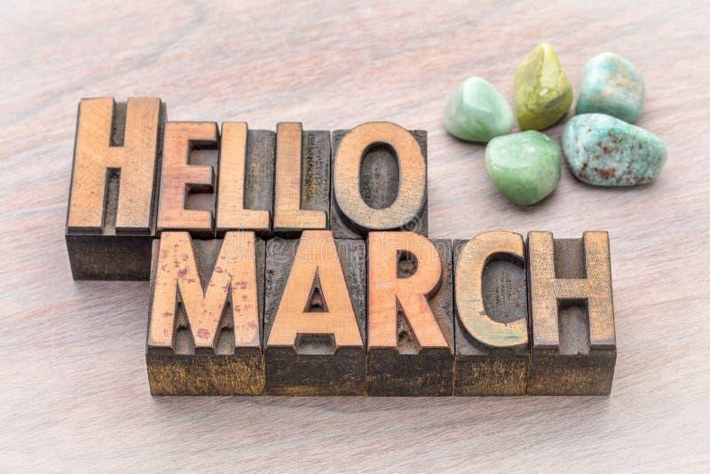 Hallo März in der Weinleseholzart stockfotos