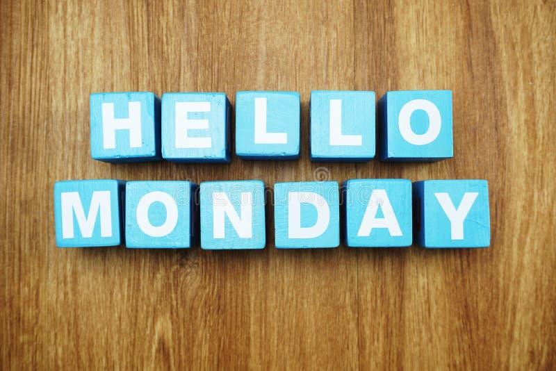 Hallo Montag mit blauem hölzernem Würfelalphabetbuchstaben auf hölzernem Hintergrund lizenzfreies stockbild