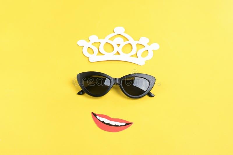 Hallo Sommer die Sonne mit stilvoller schwarzer Sonnenbrille, lächelnder Mund auf gelbem Hintergrund stockfoto