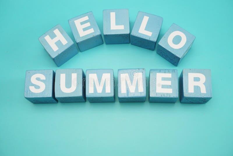 Hallo Sommeralphabetbuchstabe und bunte Starfishdekoration auf blauem Hintergrund stockfoto