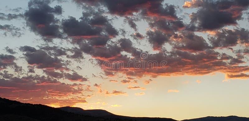 Hallo Sonnenaufgang über den Bergen lizenzfreie stockfotografie