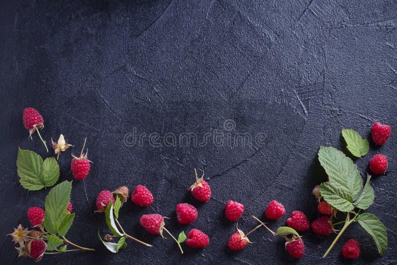 Hallon på svart bakgrund Nya mogna söta sommarbär Val av sund mat Kritisera banerbakgrund arkivbilder