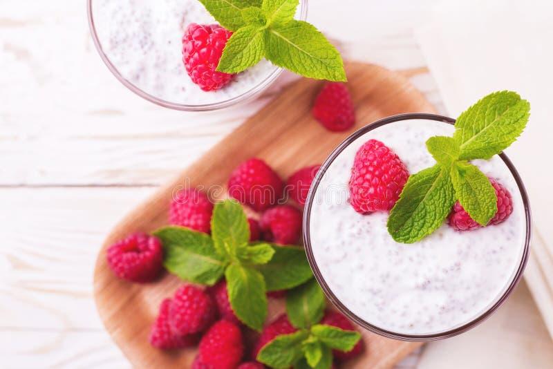 Hallonchiapudding och fruktsmoothie med mintkaramellen arkivfoto