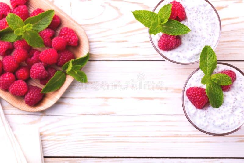 Hallonchiapudding och fruktsmoothie med mintkaramellen arkivbilder