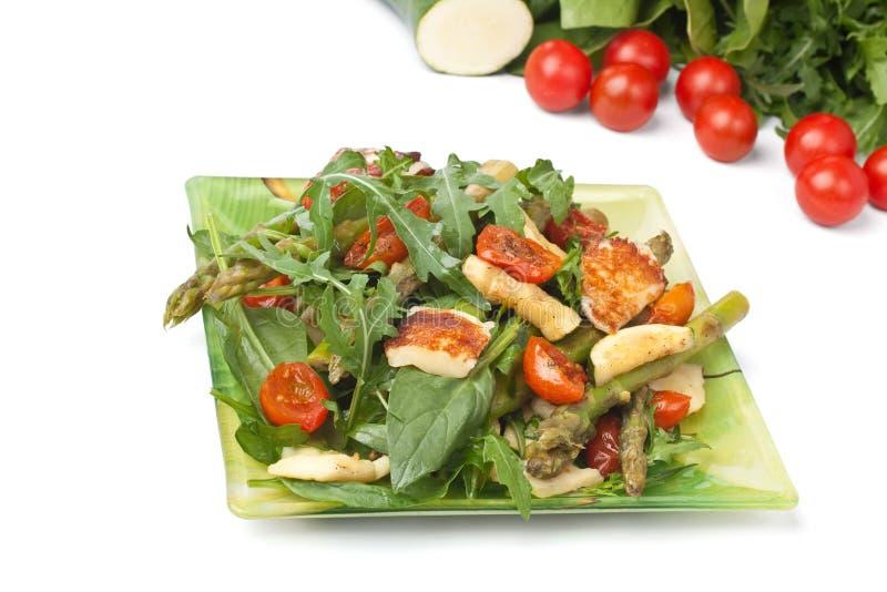 Halloumi grillé et salade végétale photos libres de droits
