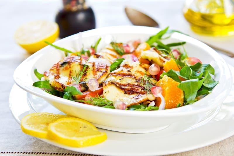 Halloumi met Sinaasappel en Raketsalade stock afbeelding