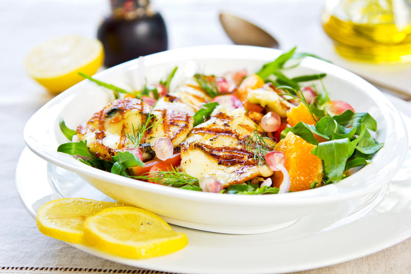 Halloumi mit Orangen- und Rocket-Salat stockbild