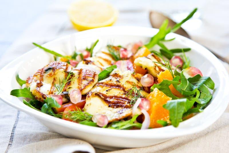 Halloumi mit Orangen- und Rocket-Salat lizenzfreies stockfoto