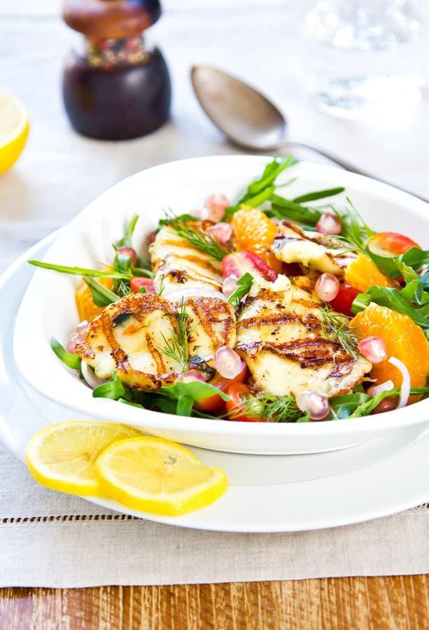 Halloumi mit Orangen- und Rocket-Salat lizenzfreies stockbild