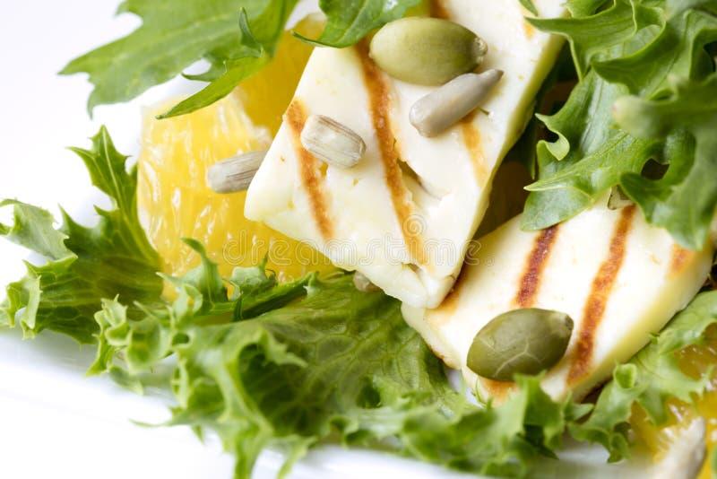 Halloumi-Salat mit orange Pepitas und Sonnenblumensamen lizenzfreies stockbild