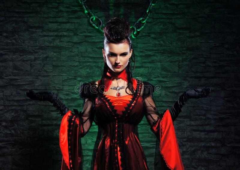 Halloween: вампир молодой повелительницы в dungeon стоковые изображения rf