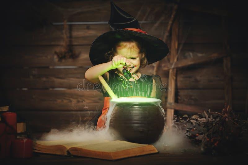 halloween ведьма девушки ребенка подготавливая зелье в котле стоковая фотография rf