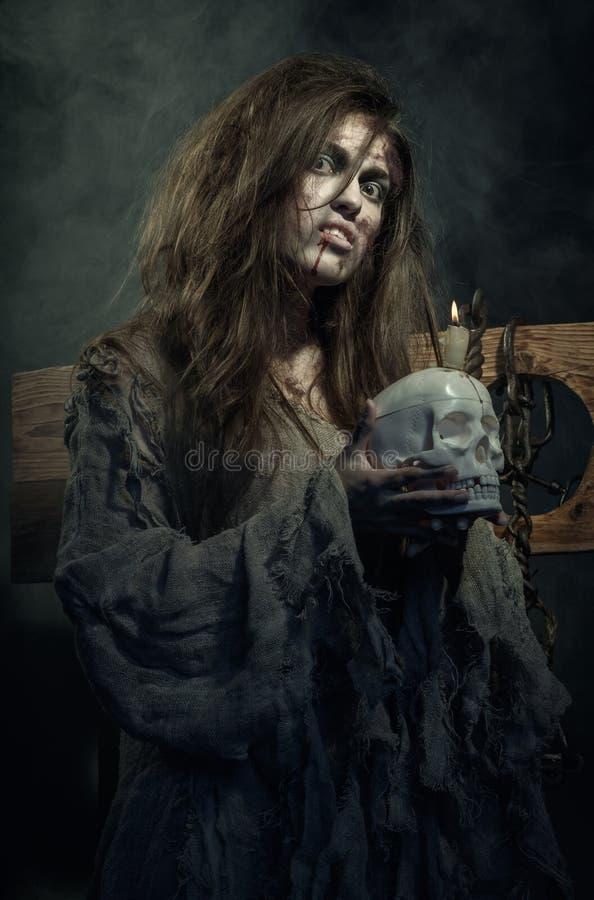 halloween Злая ведьма с черепом в его руках стоковое фото rf