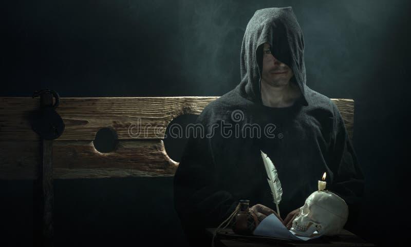 halloween Средние возрасты Колдун с черепом и свечой стоковая фотография