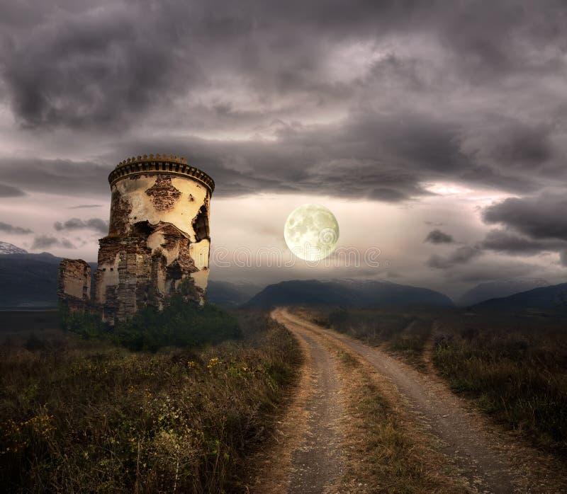 Halloween-achtergrond met oude torens stock fotografie