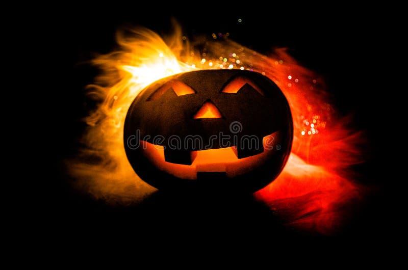 Halloween - alte Steckfassung-Olaterne auf schwarzem Hintergrund Nahaufnahme von furchtsamen Halloween-Kürbisen stockfoto