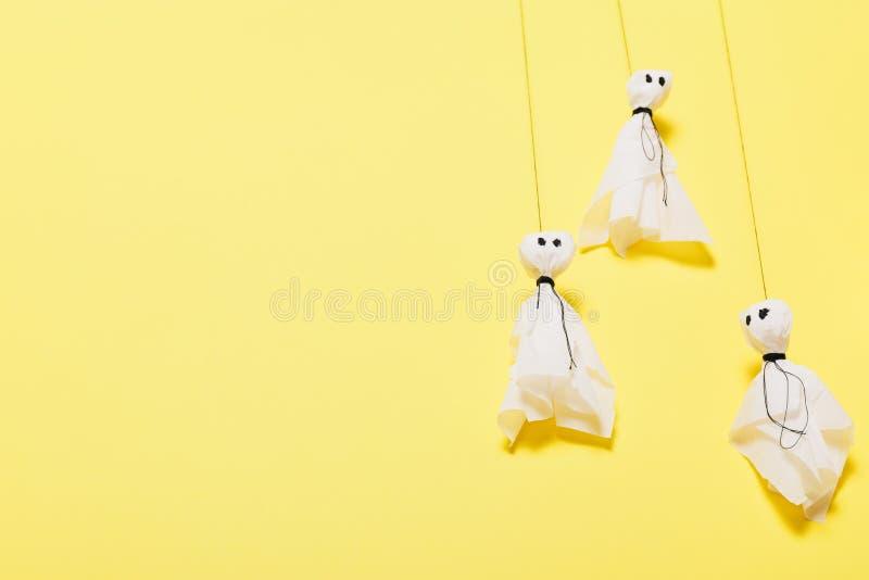 Halloween-ambacht, diy kind Ambachtdocument spokenachtergrond Exemplaarruimte voor tekst stock afbeeldingen