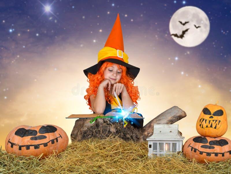 Halloween As crianças nos trajes para Dia das Bruxas andam nas madeiras na noite e conjuram foto de stock royalty free
