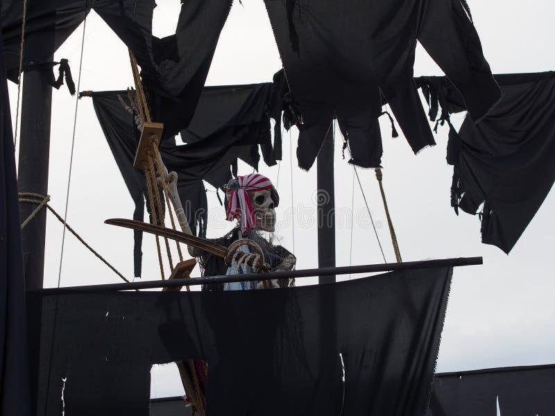 Halloween - barco pirata frecuentado en Front Yard imagenes de archivo