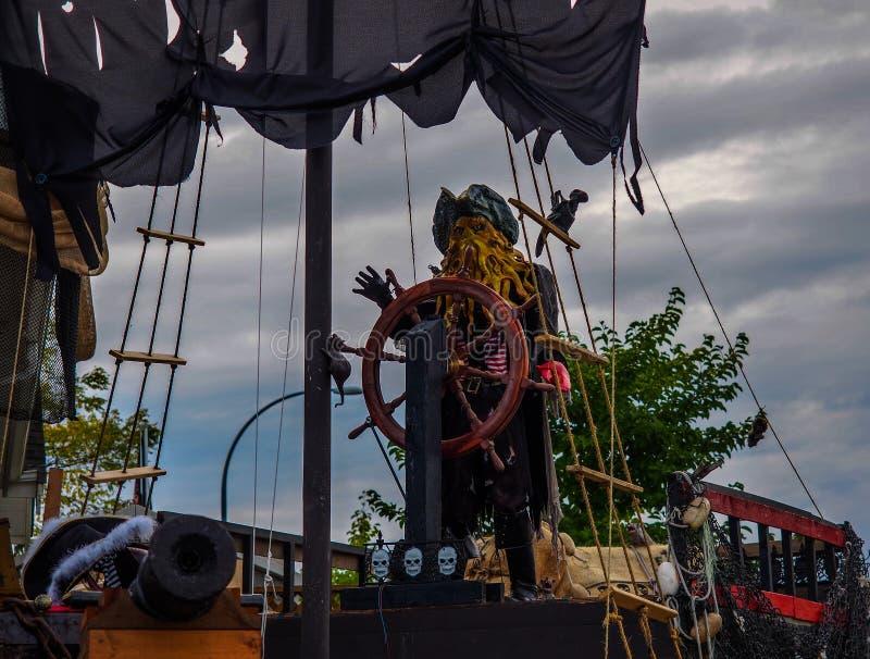 Halloween - barco pirata frecuentado en Front Yard foto de archivo libre de regalías