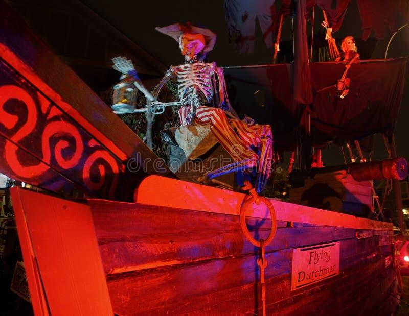 Halloween - bateau de pirate hanté sur Front Yard photos libres de droits