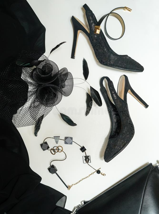 Halloween bawi się żeńskiego strój but, płótno, biżuteria, torba, kapelusz z przesłoną inkasowi akcesoria czernią na białym tle obraz stock