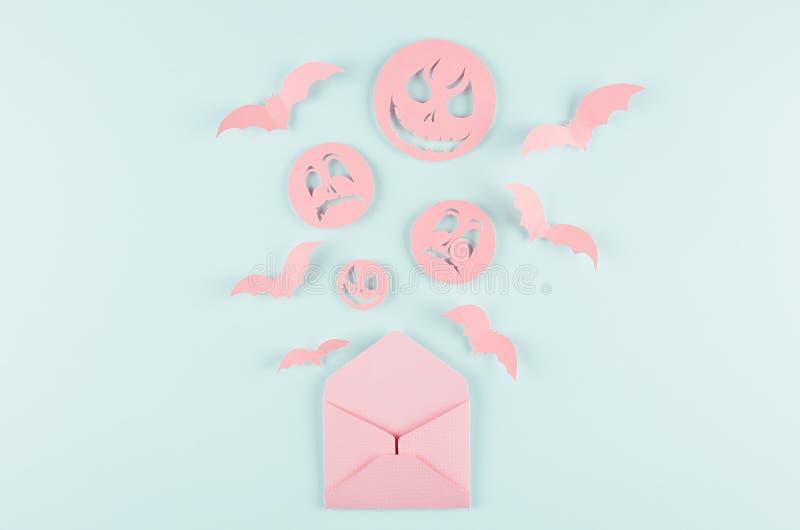 Halloween-beeldverhaalspot omhoog voor reclame, ontwerp, dekking - de roze document open envelop met knuppels en de zombieëngezic royalty-vrije stock foto's