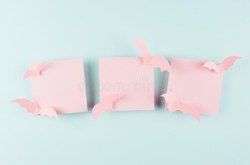 Halloween bespot omhoog met drie roze lege verkoopetiketten en grappige vliegknuppels van gesneden document op de blauwe achtergr stock afbeelding