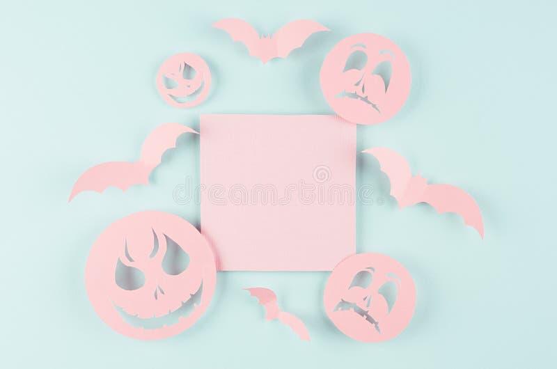 Halloween bespot omhoog met roze leeg verkoopetiket, knuppels, griezelige gezichtenemoji van gesneden document op de blauwe achte stock afbeelding