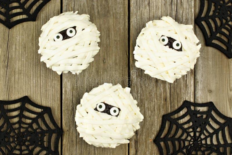 Halloween-brij cupcakes over hout stock foto