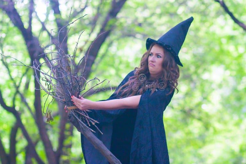 Halloween A bruxa é engraçada fotografia de stock royalty free