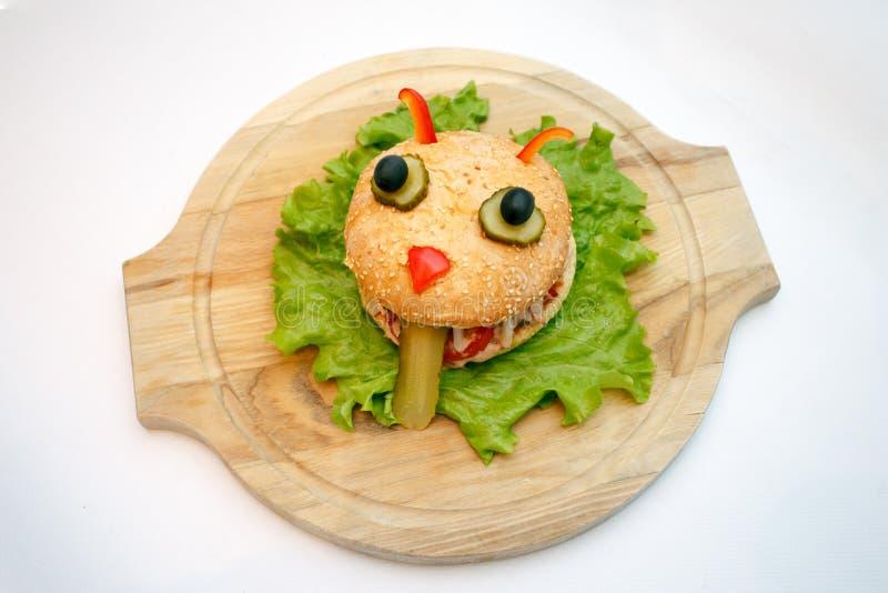 Halloween-Burgermonster-Ionenhölzerne Platte, Nahrung für Kinderpartei stockfotografie
